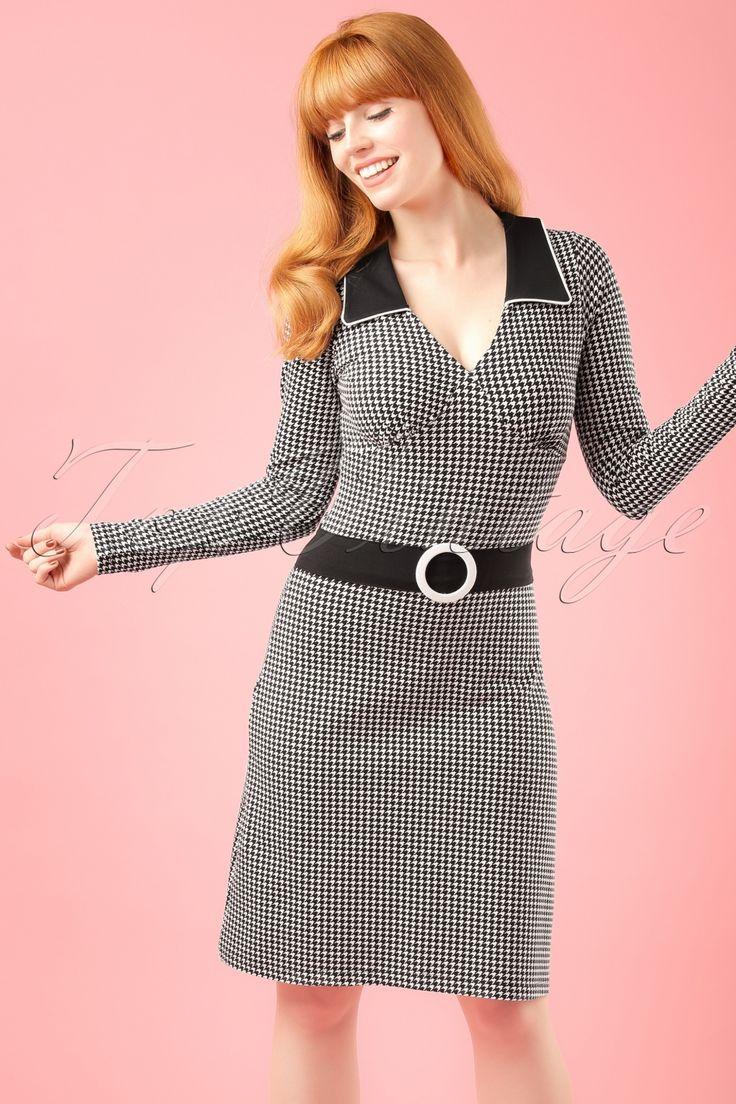 Deze 60s Chloe A-Line Dress trek je aan om niet meer uit te doen en is in Nederland online exclusief bij TopVintage verkrijgbaar!Het kraagje met witte bies en het zwarte ''faux'' riempje met witte stoffen gesp geven deze beauty een speelse twist! Natuurlijk word je vrolijk van het jurkje alleen al,maar daarbij is de A-lijn snit ook nog eens super flatterend. Uitgevoerd in een comfortabele, dunnere, stretchy zwarte katoenmix met een classy Pied de Poule print die hee...