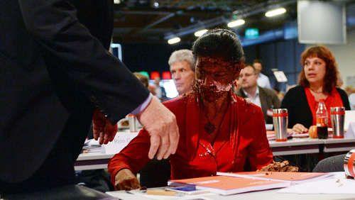 Parteitag: Linke Wagenknecht kriegt Schoko-Torte ins Gesicht