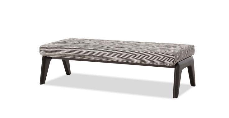 Banc rembourré, avec une base en bois. Version tissu. Existe en cuir et velours, en 138,5 cm ou 183, 5 cm. Design Rodolfo Dordoni. ©Minotti