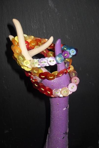 http://de.dawanda.com/product/44418214-Wickelarmband-aus-Baumwolle-und-Knoepfen Buntes Armband aus Kunststoffknöpfen mit Perlmuttglanz, aufgezogen auf eine Frühlingsgrüne Baumwollschnur.  Sehr leicht, sehr bunt!  Das Armban...