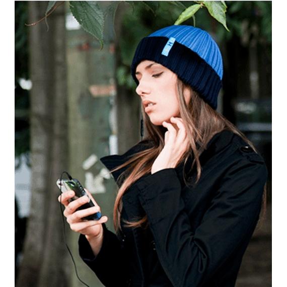 El gorro hi-Head es mucho más que una prenda de vestir contra el frío, sus auriculares incorporados (y extraibles) te permiten escuchar tu música favorita aún cuando el frío azota y gracias a su cable con micrófono y control de volumen, puedes responder a las llamadas de teléfono sin tener que quitar las manos de los bolsillos.Compatible con: iPhone ®, iPod ® , Smartphones y cualquier reproductor de música a través de conector universal a 3,55 mm.Especificaciones:Pote...