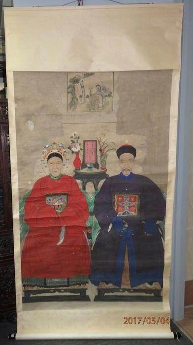 """Grote voorouder portretten van een paren met (皇恩欽賜) """"geschonken door keizer"""" badge - China - eind 19e eeuw  Antieke portretten van de grote voorouder van een paren met badge (皇恩欽賜) """"geschonken door keizer"""" en inhoudsopgave aanbodDe man draagt een paarse gewaad met een badge lezen """"geschonken door keizer"""" dat een zeer zeldzame badge is.De dame draagt een grote gouden phoenix hoed met bengelende ornamenten van goud pearl en jade haren en geplooide rok. Gezeten op een zwarte houten stoel met…"""