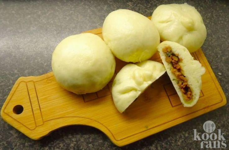 Je maakt dit broodje bapao heel makkelijk zelf! Broodje bapao is echt een lekkernij. Het gevulde gestoomde broodje heeft al vele Nederlandse harten veroverd. Van oorsprong is het een Chinees broodje. Het grappige is dat 'pao' chinees is voor broodje. Eigenlijk zeggen we dus broodje broodje!   Wa