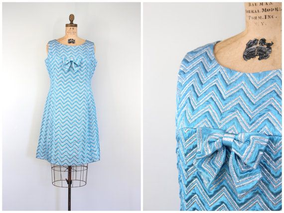 robe sans manches métalliques chevron des années 60 - années 1960 cocktail party / Holiday Glam - vintage des années 1960 mod / pâle lurex bleu & argent turquoise