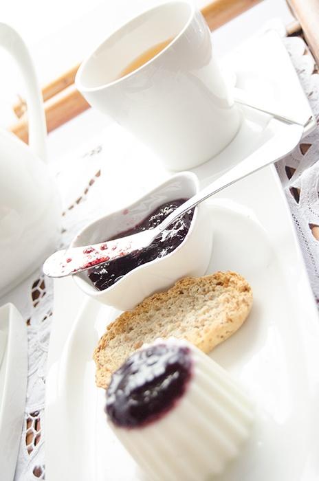Queijo Fresco Temperado com doce de Mirtilo   Veja mais em http://anarosa.myshopify.com/blogs/news/6362706-queijo-fresco-temperado-com-doce-de-mirtilo
