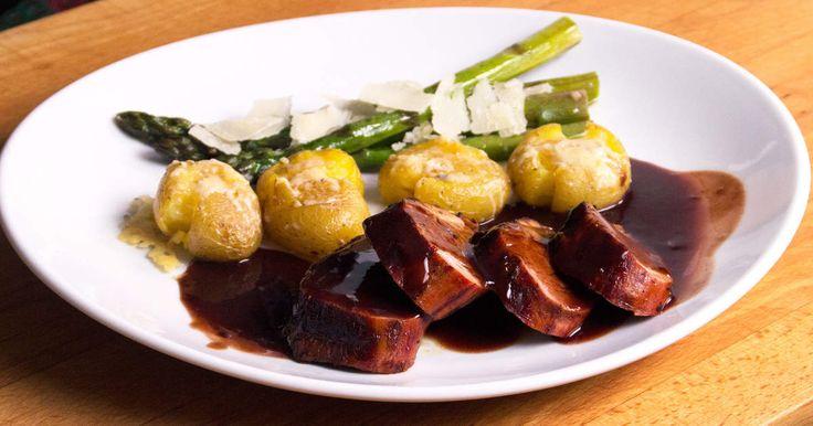 (SWE) Fläskfilé med hickoryglaze, ostgratinerad färskpotatis, ugnsstekt sparris och en balsamvinägersås. Lyxig och god bjudmiddag! Tips! Servera biffar av bönor för en vegetarisk variant! // PORK TENDERLOIN with hickory glaze, au gratin potatoes, roasted asparagus and a balsamvinägersås. Luxurious and good dinner! Tip! Serve steaks of beans for a vegetarian version!