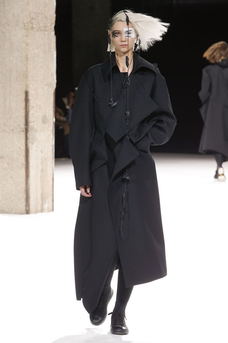 Yohji Yamamoto Fall 2018 Ready-to-Wear Fashion Show Collection
