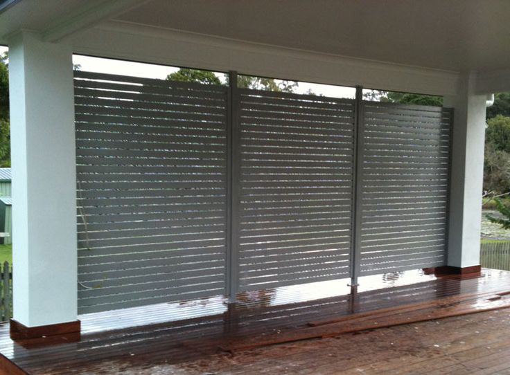 Aluminum slatted privacy screen