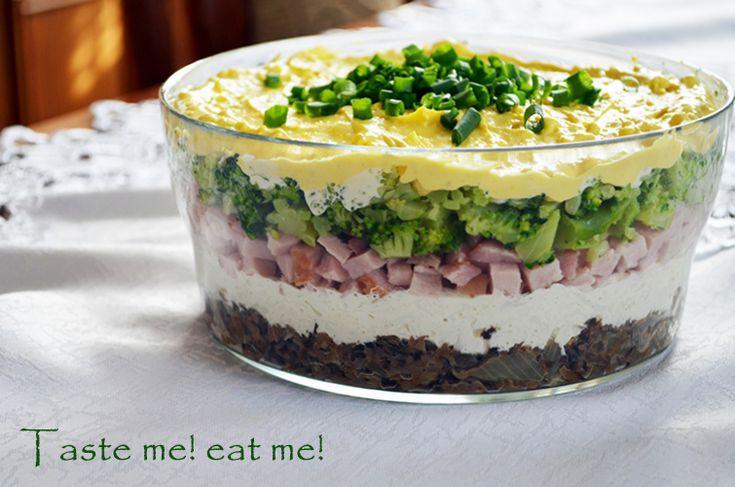 Taste me! Eat me!: Warstwowa sałatka z jajkiem i szynką na wielkanocny stół