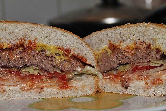 hamburguesa de cerdo partida por la mitad