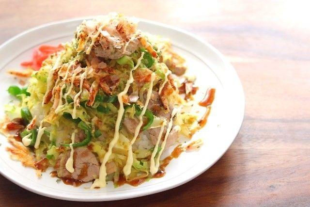 お好み焼きの具をごはんと合わせた豪華な丼♪ビタミンB1が豊富な豚肉とビタミンCが豊富なキャベツやピーマンで栄養も満点♪