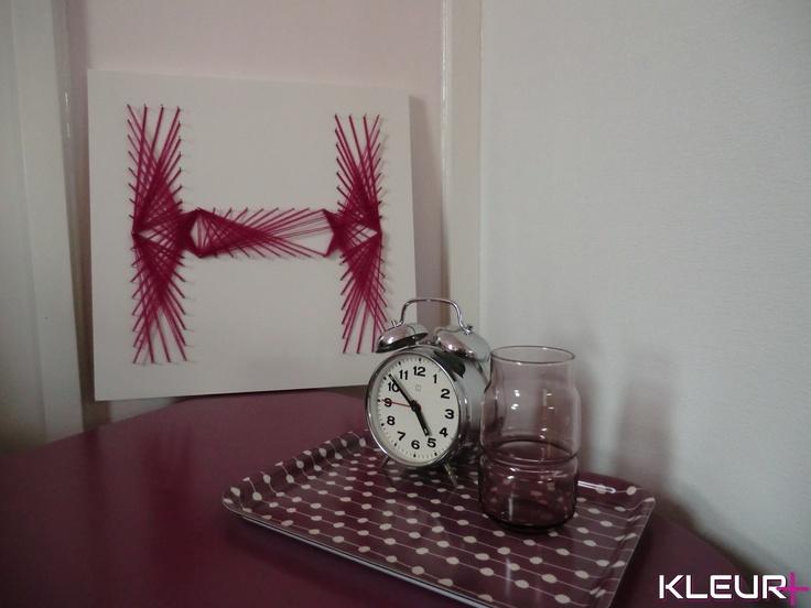 Moderne retro slaapkamer. Zelfgemaakte letterkunst en geverfde meubeltjes