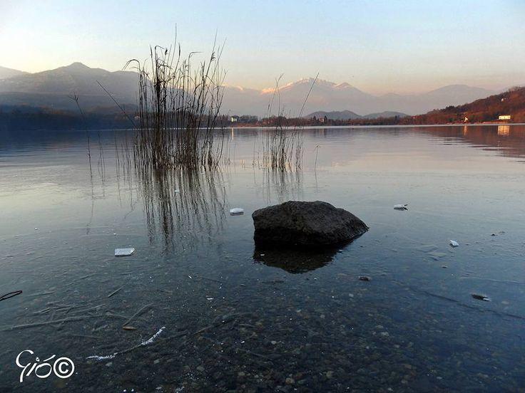 """Il lago piccolo di Avigliana, """"quasi"""" ghiacciato  #myValsusa 11.01.17 #fotodelgiorno di Giovanni Ore"""