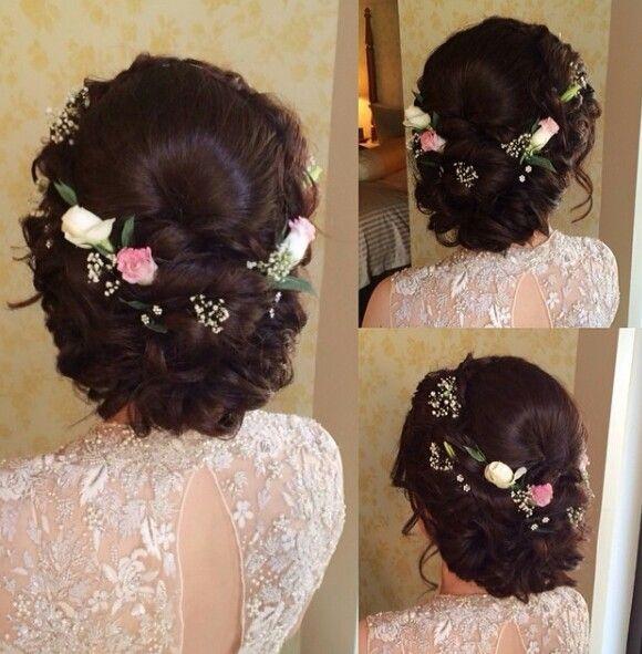 Noiva com arranjo de flores naturais