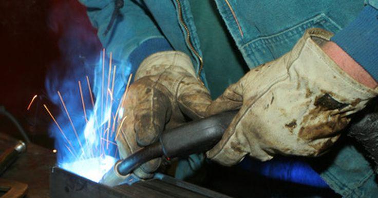 Soldadores MIG Vs. TIG. La soldadura con gas inerte de metal (MIG) y con gas inerte tungsteno (TIG) son técnicas que utilizan un gas para proteger la soldadura de la atmósfera, ya que ésta contiene gases tales como el nitrógeno, oxígeno e hidrógeno, que pueden causar defectos en la soldadura. El dióxido de carbono, que no es un gas inerte, a veces se usa para proteger la ...