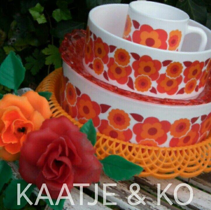 Vintage serviesonderdelen zoals Arcopal Lotus schalen, bekers etc.  Combineer het met deze leuke retro items... zoals dit oranje broodmandje en rode schaaltjes!! www.kaatje-en-ko.com