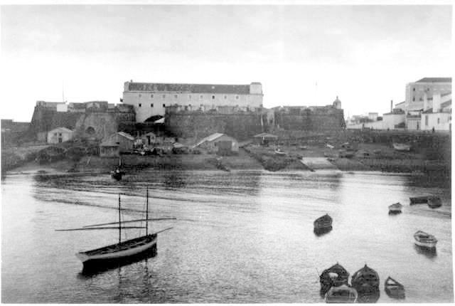Séc. XX, 1930s - Porto de Ponta Delgada, Ponta Delgada, Ilha de São Miguel.  ● Vista do Forte de S. Brás em Ponta Delgada, com plataforma e rampas construídas pela Marinha de Guerra americana durante a I Guerra Mundial.