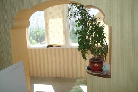 Присоединенный балкон украшен арками