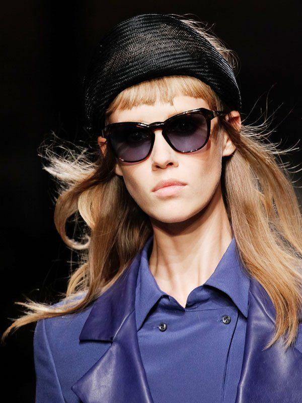 Zu akuraten kurzen Ponys und grafischen Frisuren kann man toll Mützen tragen, die die Frisur nicht ganz verstecken.