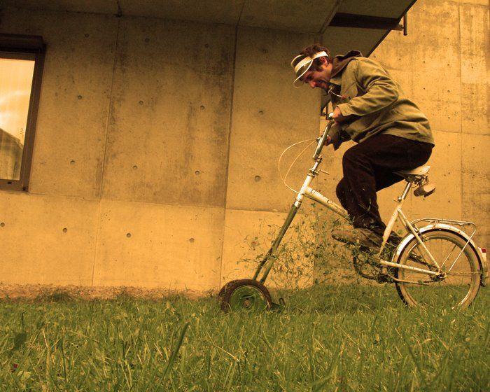 Cortador de grama adaptado com uma bike