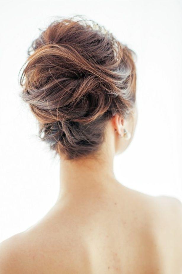 トップはティアラが美しく映えるよう、逆毛を立ててボリュームを出して。  ■お問い合わせ先 ハツコ エンドウ ウエディングス銀座店 tel.03-3...