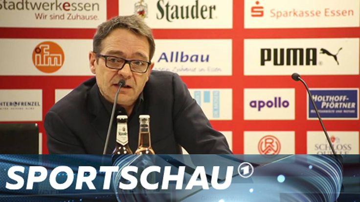 Schalke soll eine Mauer durchs Ruhrgebiet bezahlen? In Jeans kommt niemand mehr ins Stadion? In Kooperation mit dem Schauspiel Essen inszenierte RWE zum Klub-Jubiläum eine Pressekonferenz im Stile von Trump-Sprecher Sean Spicer.  Die komplette Fake-Pressekonferenz: ►https://www.youtube.com/watch?v=ed3g1JhbLtc