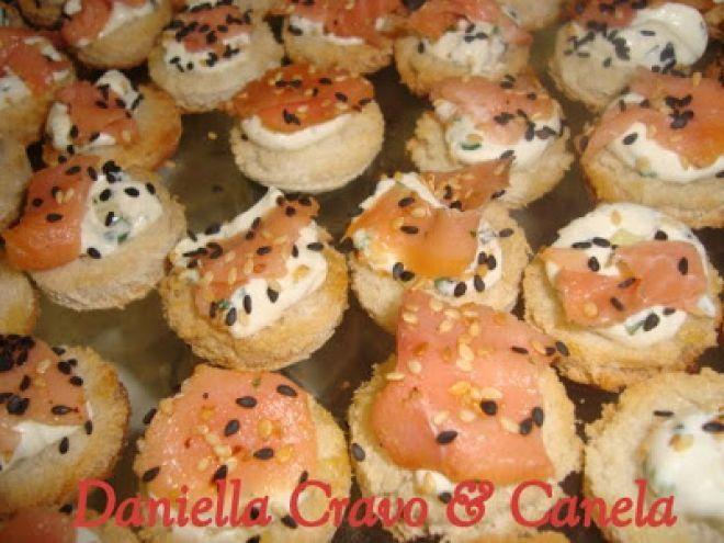 Receita Aperitivo : Canapés de salmão defumado de Daniella Carrara