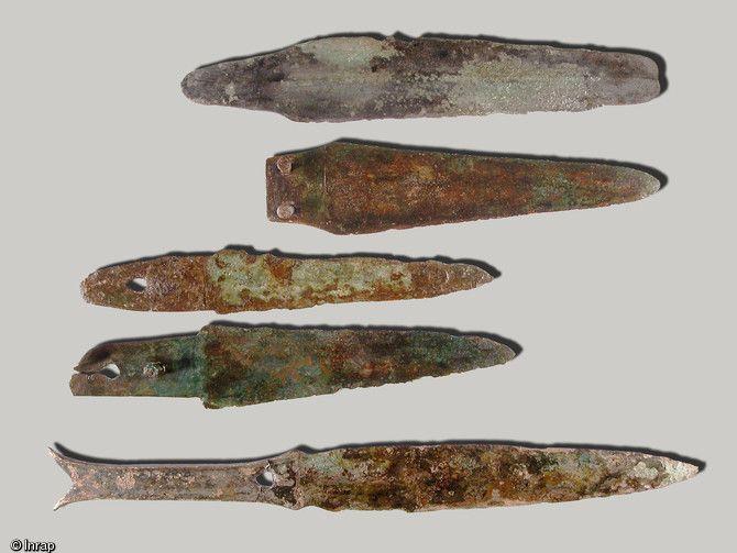 Série de lames de couteaux provenant de la nécropole de l'âge du Bronzefinal fouillée à Migennes (Yonne) en 2004.