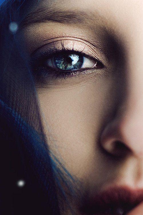 Era bella, bellissima. E quando, d'un tratto, all'improvviso, ha alzato lo sguardo, ho capito cosa le era successo. Qualcuno aveva preso la sua autostima e ci aveva fatto a botte. Qualcuno aveva preso i suoi desideri e ci aveva giocato a nascondino. Qualcuno doveva averla portata al limite della sopportazione, delle forze. Al limite dell'amore. Lei aveva gli occhi brillanti e lucidissimi. Ma persi, lontani, trafitti da un'assenza accecante. —Susanna Casciani—