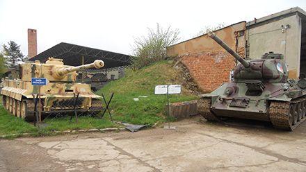 Vojenské Muzeum na demarkační linii v Rokycanech venkovní expozice historických válečných tanků.