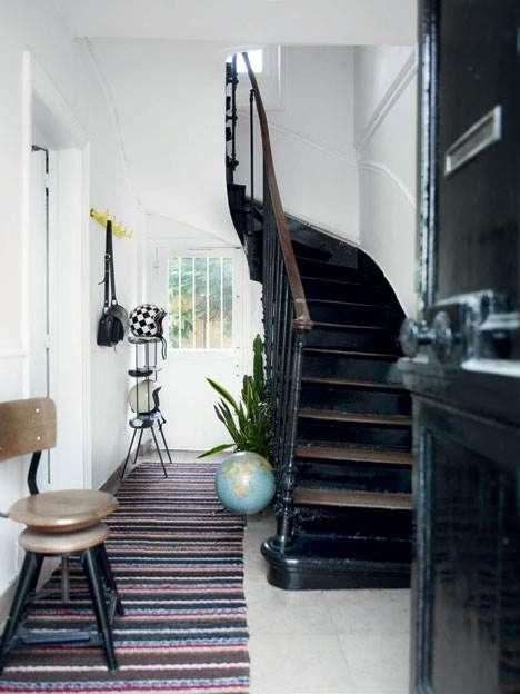 Lyse hvide omgivelser løfter samlingerne af teaktræsmøbler og retrofund op fra det tunge til det yndefulde hjemme hos det norsk-franske par Siv Tone Kverneland og Jonathan Miltat.