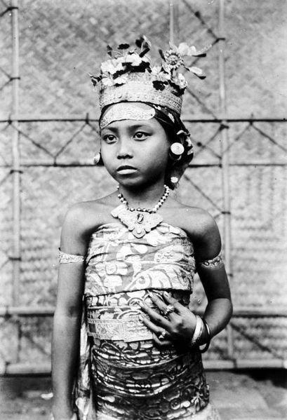 Portret van een Balinees meisje in tempeldracht. TROPENMUSEUM 1910 - 1920