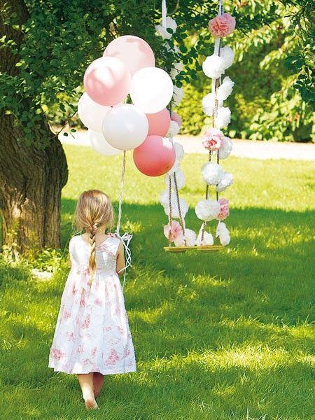 Die Papierblumen an der Schaukel lassen für jedes Mädchen selbst Luftballons zur Nebensache werden.
