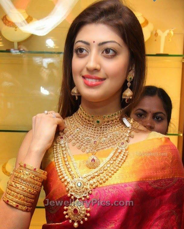 diamond wedding jewellery shocased by praneetha subhash at reliance jewels launch