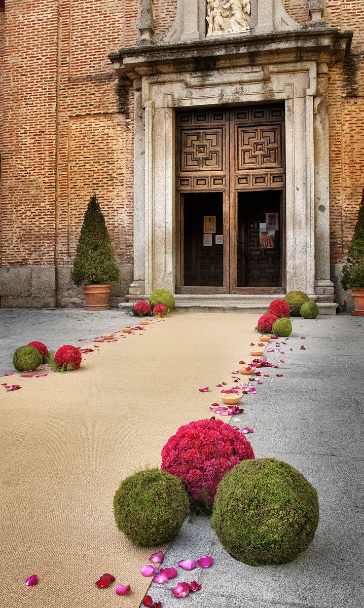 Esferas de claveles y musgo para decorar la alfombra en la ceremonia de boda · Flores y decoración