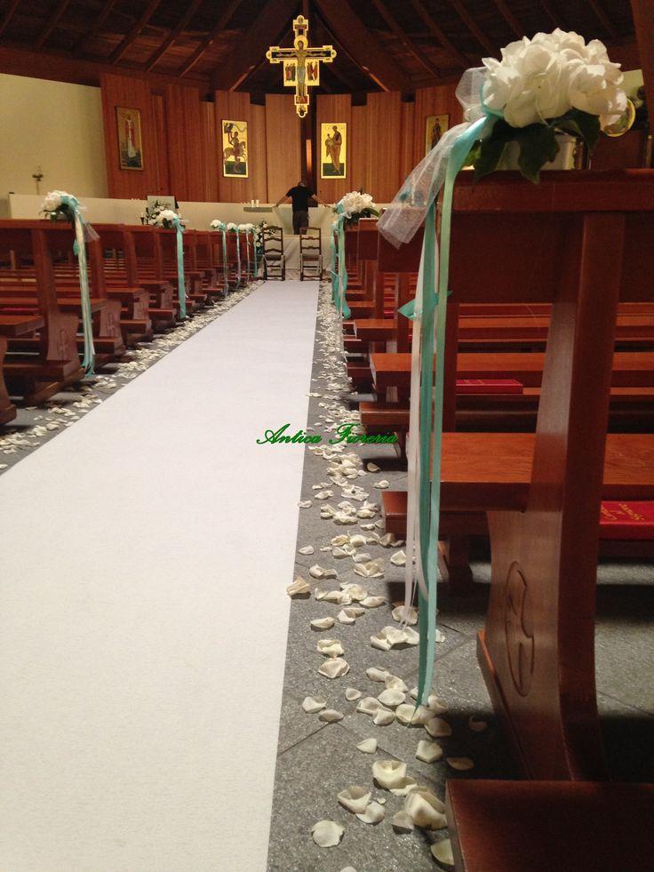 navata chiesa con petali, ortensie e fiocchi tiffany