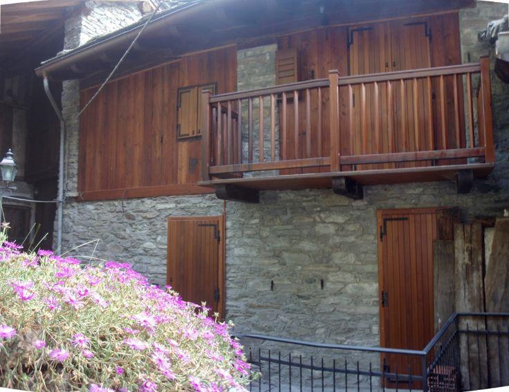 Casa indipendente recentemente ristrutturata di 90mq a 6km da Champorcher. Ingresso in soggiorno con camino a legna, due camere, bagno e ripostiglio esterno. riscaldamento autonomo. 123.000euro