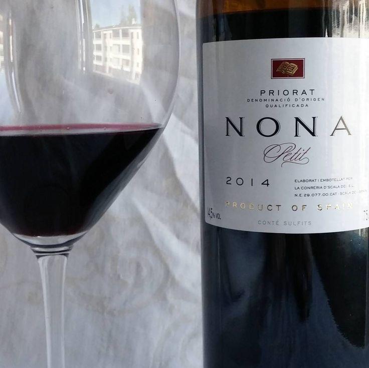 Nona Petit 2014 Espanjasta.#punkku #punaviini #viini#wines#winelover#winegeek#instawine#winetime#wein#vin#winepic#wine#wineporn herkkusuu #lasissa #Herkkusuunlautasella