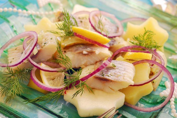 Salade met haring, appel, rode ui, dille, citroen, kappertjes en aardappel #vis…