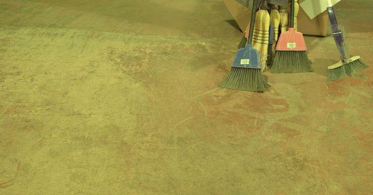 La mejor manera de limpiar un piso de concreto. La limpieza de concreto se divide en dos grandes ramas: el tratamiento de superficies al aire libre y el de superficies bajo techo. El concreto o cemento al aire libre se puede limpiar con una máquina de lavado a presión, sin embargo, esta técnica podría hacer un desastre en el interior de una casa. Para la limpieza interior, utiliza una máquina ...