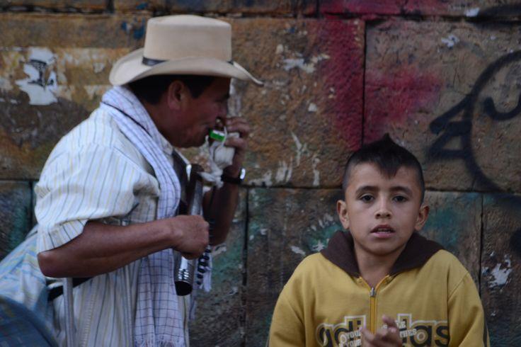 Los niños son frecuentemente incluidos en estos trabajos callejeros.