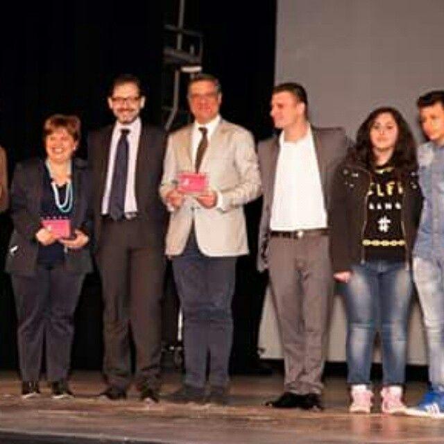 I ragazzi dell'istituto tecnico di economia di Santa Maria Capua Vetere premiano la redazione di Cogito dopo aver presentato il loro componimento giornalistico premiato dal Non Tacerò Social Fest 2015 con loro il direttore artistico Antonio Trillicoso -------------------------------------------------------------'------------Segui @nt_socialfest_2015 usa l' hashtag #nontacerosocialfest per creare una galleria di voci contro la #camorra