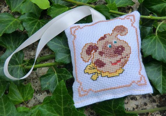 Petit Coussin brodé, chien au foulard jaune, en tissu, 9cm X 8cm, 100% Fait Main