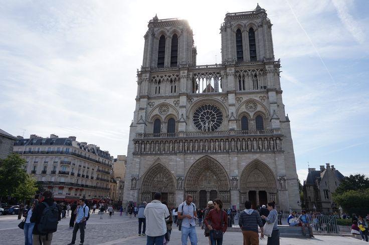 St Notre Dame Cathedrale, Paris. ya kaya di Amsterdam, bangunan bersejarah yang jadi objek wisata.
