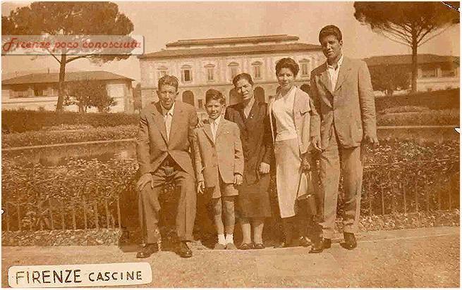 Gruppo di famiglia in un esterno(1930) nel Piazzale del Re, dietro si vede la Palazzina Reale.
