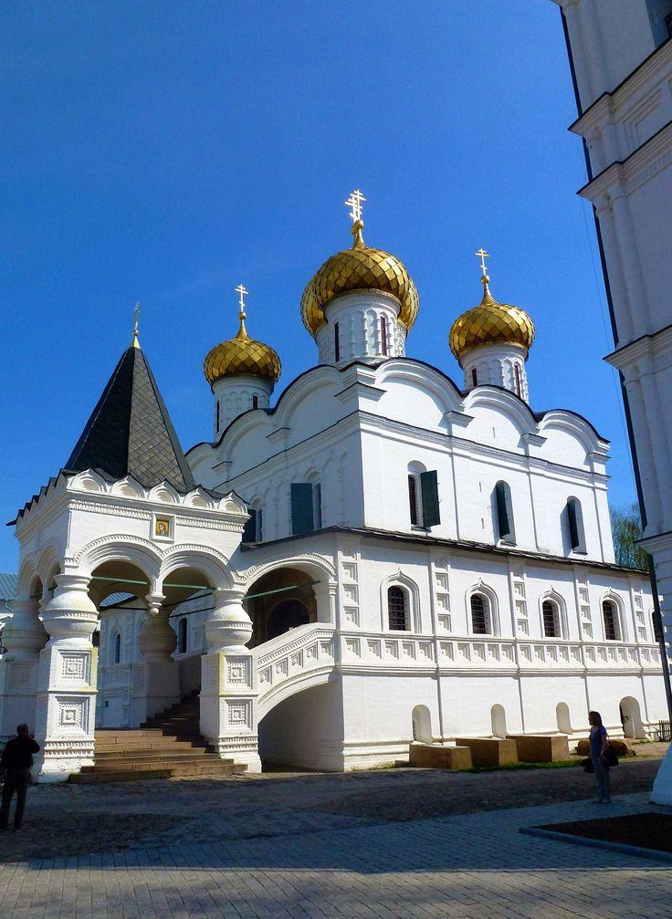 Парадный вход в Троицкий собор.