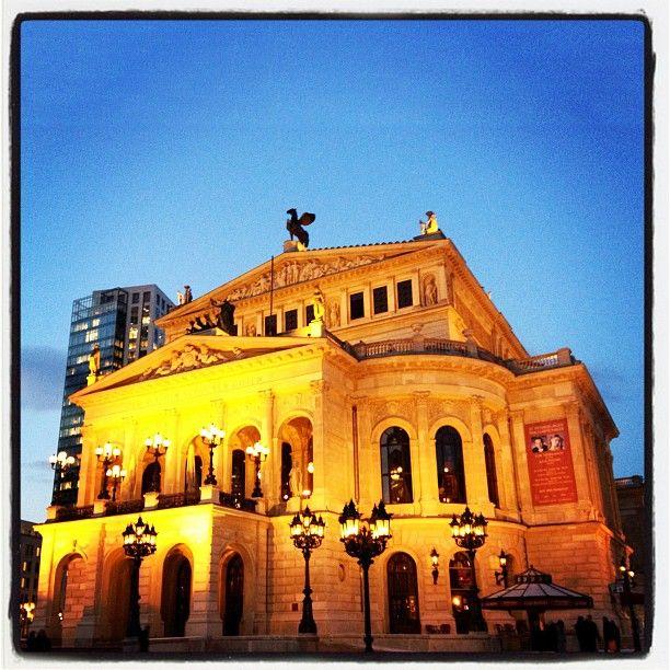 Abends am Opernplatz