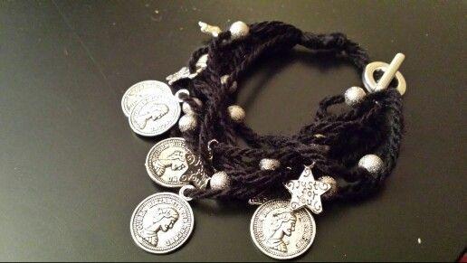 Bracciale realizzato  in lana con pendenti e perline