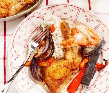 Saftiga ugnsstekta kycklingklubbor, med smak av örter som timjan och rosmarin, serveras med rostade grönsaker, smaskig ajvardressing, basmatiris och gärna en sallad. En enkel men lysande vardagsmiddag!