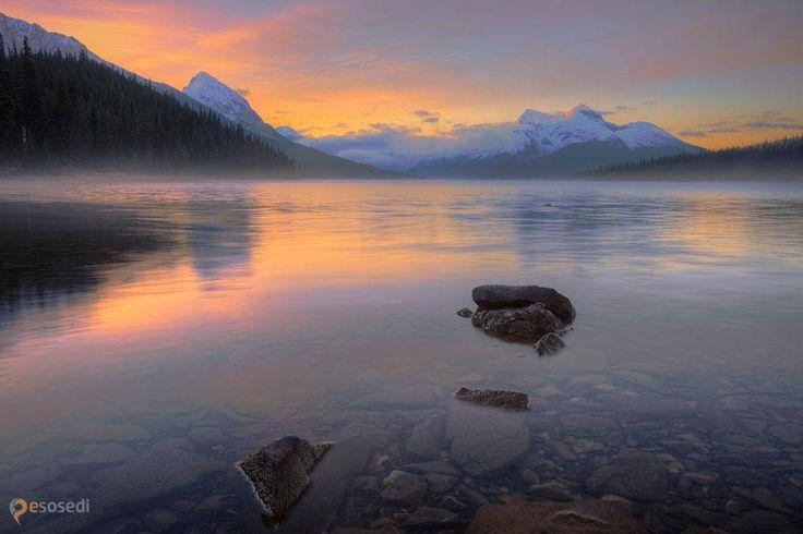 Озеро Малайн – #Канада #Альберта (#CA_AB) Когда смотришь на фото горных озер, понимаешь, что покрытые снегом вершины и отвесные скалы - лучшее обрамление их красоты. http://ru.esosedi.org/CA/AB/1000147804/ozero_malayn/